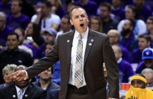 Frank Vogel, Headcoach der Indiana Pacers, gibt an der Seitenlinie Anweisungen an seine Spieler.