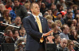 Frank Vogel, der Headcoach der Orlando Magic, gibt seinem Team von der Seitenlinie aus Anweisungen.