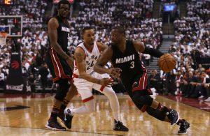 Dwyane Wade von den Miami Heat dribbelt im NBA-Spiel gegen die Toronto Raptors in Richtung Korb.