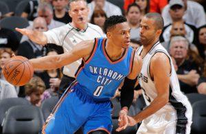 Russell Westbrook von den Oklahoma City Thunder postet im NBA-Spiel gegen die San Antonio Spurs gegen Tony Parker auf.