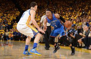 Russell Westbrook zieht in Spiel 1 des NBA-Duells gegen die Golden State Warriors an seinem Gegenspieler Klay Thompson vorbei.