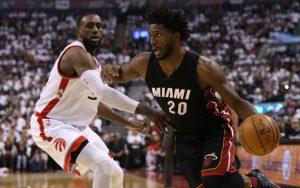 Justise Winslow von den Miami Heat zieht im NBA-Playoffspiel gegen die Toronto Raptors an seinem Gegenspieler Patrick Patterson vorbei.