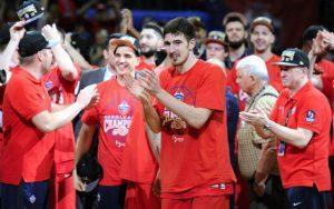 Die Spieler von ZSKA Moskau feiern den Titel in der Basketball-Euroleague.
