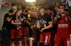 Der deutsche Basketball-Meister Brose Bamberg feiert den Titel in der Kabine.