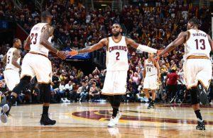LeBron James, Kyrie Irving und Tristan Thompson von den Cleveland Cavaliers feiern den Sieg im NBA-Finale gegen Golden State.