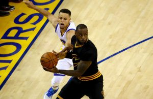 LeBron James von den Cleveland Cavaliers kämpft im NBA-Finale gegen die Golden State Warriors mit Steph Curry um den Ball.