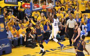 Draymond Green von den Golden State Warriors macht im Spiel 2 gegen die Cleveland Cavaliers per Dunk zwei Minuten.