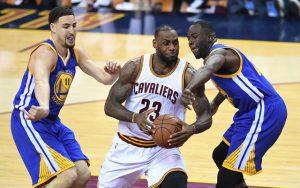LeBron James von den Cleveland Cavaliers setzt sich gegen Draymond Green durch und zieht zum Korb.