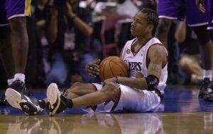 Allen Iverson von den Philadelphia 76ers sitzt während der NBA-Finals 2011 auf dem Boden.