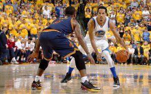 Shaun Livingston von den Golden State Warriors attackiert gegen die Cleveland Cavaliers den Korb.