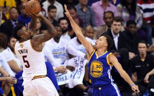 J.R. Smith von den Cleveland Cavaliers nimmt im NBA-Spiel gegen die Golden State Warriors einen Wurf über Steph Curry.