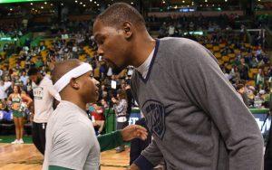 Isaiah Thomas und Kevin Durant begrüßen sich vor dem NBA-Spiel ihrer beiden Teams.