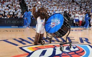 """Auch Maskottchen """"Rumble the Bison"""" und die offiziellen Thunder Cheerleader werden vor Ort sein, Foto:NBAE/Getty Images"""