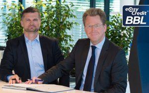 Christian Polenz, COO der TeamBank AG, und Dr. Stefan Holz, BBL-Geschäftsführer, bei der Vertragsunterschrift in Nürnberg. Foto: easyCredit BBL