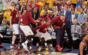 Die Ersatzspieler der Cleveland Cavaliers feiern einen Korberfolg ihrer Mannschaft.