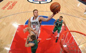 Blake Griffin von den Los Angeles Clippers steigt in einem NBA-Spiel zum Korbleger hoch.