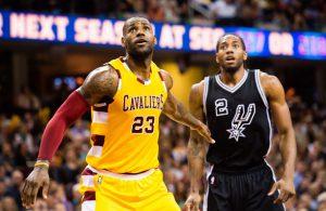 LeBron James und Kawhi Leonard beobachten den Ball, während der in einem NBA-Spiel zum Korb fliegt.