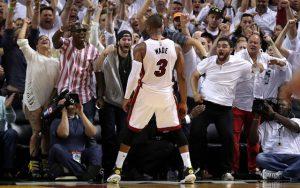Dwyane Wade feiert mit den Fans der Miami Heat einen Sieg.