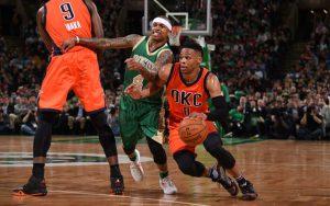 Russell Westbrook von den Oklahoma City Thunder zieht mit dem Ball in der Hand an Bostons Isaiah Thomas vorbei.