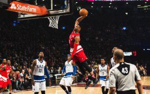 Russell Westbrook punktet im All Star Game 2016 mit einem Dunk.