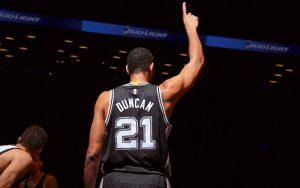 Tim Duncan von den San Antonio Spurs begrüßt vor einem NBA-Spiel die Zuschauer.