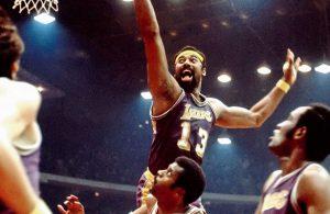 Wilt Chamberlain von den Los Angeles Lakers versucht im NBA-Spiel gegen die Bulls einen Korbleger.