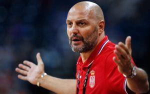 Aleksandar Djordjevic, Trainer der serbischen Nationalmannschaft, gibt bei einem Basketball-Spiel von außen Anweisungen.