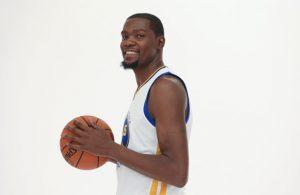 Kevin Durant posiert bei seiner Vorstellung bei den Golden State Warriors.