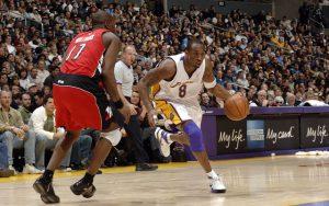 Kobe Bryant dribbelt im NBA-Spiel gegen die Toronto Raptors zum Korb.
