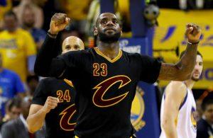 LeBron James bejubelt in Spiel 7 der NBA Finals eine gelungene Aktion.