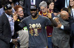 LeBron James feiert die NBA-Meisterschaft mit den Cleveland Cavaliers.