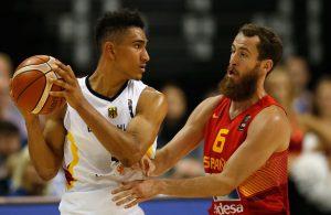 Der deutsche Nationalspieler Maodo Lo mit einem spanischen Gegenspieler.
