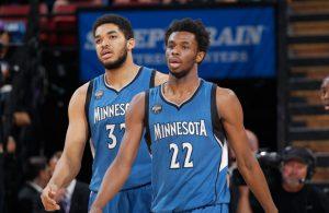 Karl-Anthony Towns und Andrew Wiggins von den Minnesota Timberwolves sprechen sich in einer Pause ab.