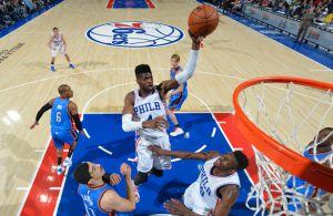 Nerlens Noel von den Philadelphia 76ers attackiert im NBA-Spiel gegen die Oklahoma City Thunder den Korb.