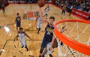 Tibor Pleiß von den Utah Jazz holt in der NBA Summer League einen Rebound.