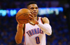 Russell Westbrook spielt in einer NBA-Partie seiner Oklahoma City Thunder den Ball zu einem Mitspieler.