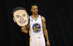 Steph Curry beim Media Day der Golden State Warriors mit einer Maske, die sein Gesicht zeigt.