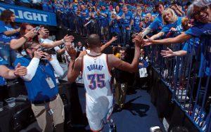 Kevin Durant von den Oklahoma City Thunder klatscht die Fans beim Verlassen der Arena ab.
