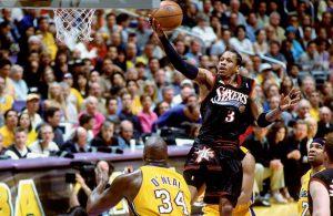 Allen Iverson kommt in den NBA-Finals 2001 zu einem freien Korbleger.