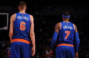 Kristaps Porzingis und Carmelo Anthony besprechen in einer Auszeit den nächsten Spielzug.