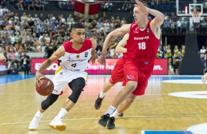 Deutschlands Guard Maodo Lo dribbelt im Spiel gegen Dänemark zum Korb.