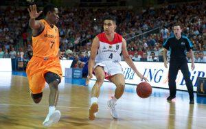 Maodo Lo von der deutschen Basketball-Nationalmannschaft im Duell mit seinem niederländischen Gegenspieler.