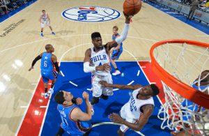 Nerlens Noel von den Philadelphia 76ers trifft im Spiel gegen die Oklahoma City Thunder per Korbleger.