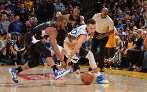 Chris Paul und Steph Curry kämpfen in einem NBA-Spiel um den Ball.