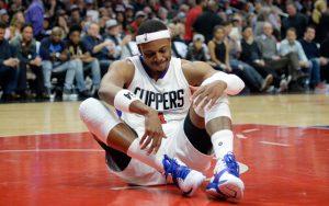 Paul Pierce von den LA Clippers richtet sich in einem NBA-Spiel wieder vom Boden auf.