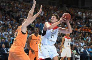 Tibor Pleiß von der deutschen Nationalmannschaft setzt sich gegen seinen niederländischen Gegenspieler durch.