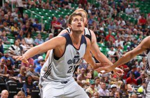 Tibor Pleiß von den Utah Jazz kämpft unter dem Korb um einen Rebound.
