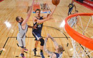 Tibor Pleiß von den Utah Jazz attackiert in der NBA Summer League den Korb.