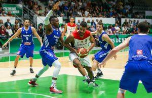 Johannes Thiemann von der deutschen Basketball-Nationalmannschaft setzt sich in einem Testspiel gegen seinen Kontrahenten durch.