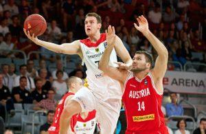 Johannes Voigtmann von der deutschen Basketball-Nationalmannschaft punktet im Spiel gegen Österreich.